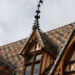 Les tuiles vernissées des célèbres toitures de l'Hôtel Dieu à Beaune